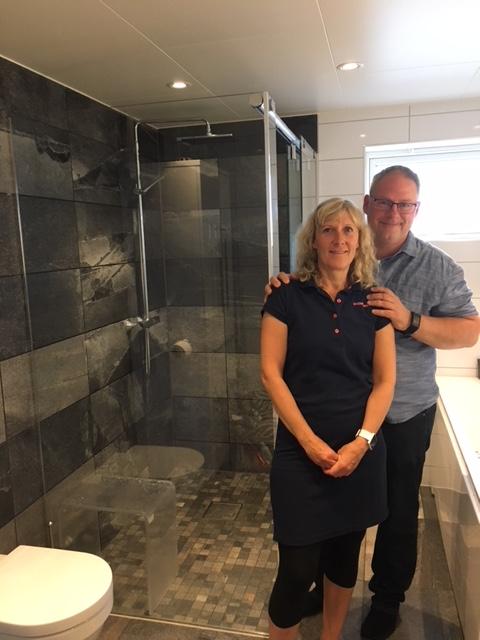 Bilde av et par på sitt nyoppussede bad