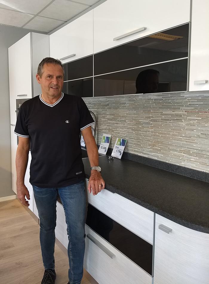Bilde av mann som står ved et kjøkken
